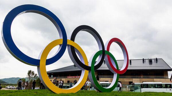 Олимпийские кольца в олимпийской деревне в Чжанцзякоу для атлетов, которые будут участвовать в соревнованиях по лыжным гонкам, биатлону, сноуборду, прыжкам с трамплина.