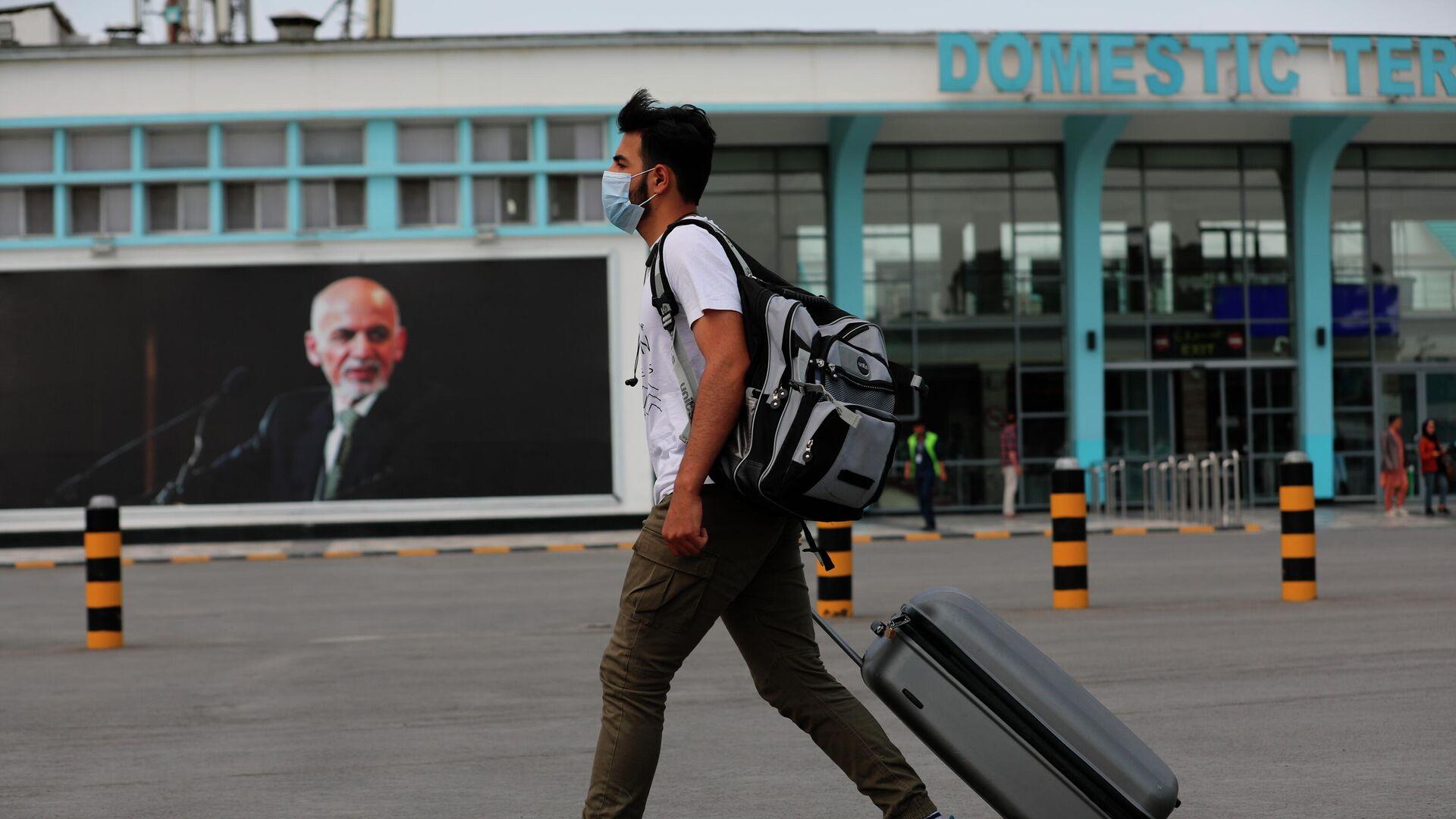 Портрет Мухаммада Ашрафа Гани в аэропорту Кабула - РИА Новости, 1920, 16.08.2021