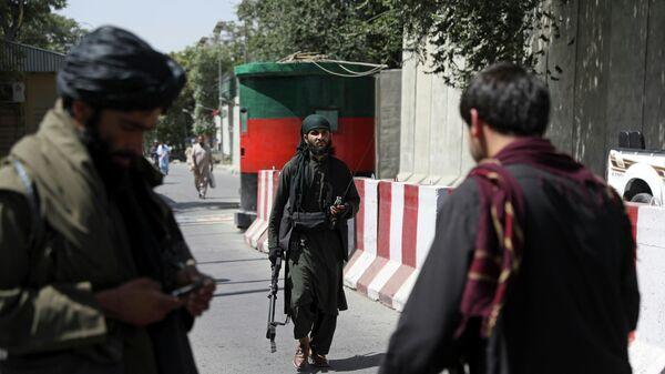 Боевик Талибана* на дороге к Министерству иностранных дел Афганистана в Кабуле