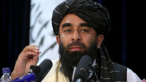 Представитель Талибана* Забихулла Муджахид во время пресс-конференции в Кабуле