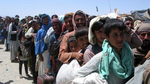 Люди ждут у пункта пропуска  в пакистано-афганском пограничном городе Чаман
