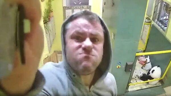 Мужчина с ножом разбивает камеру