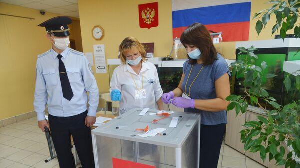 Представители УИК опечатывают ящик для голосования на избирательном участке №2075 города Челябинска