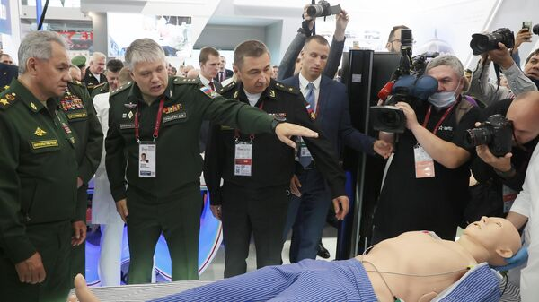 Министр обороны РФ Сергей Шойгу во время осмотра выставки на международном военно-техническом форуме Армия-2021