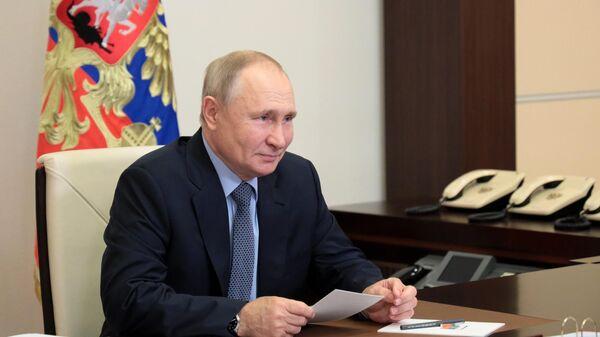 Президент РФ Владимир Путин в режиме видеоконференции обсуждает вопросы развития общего образования с представителями общественности
