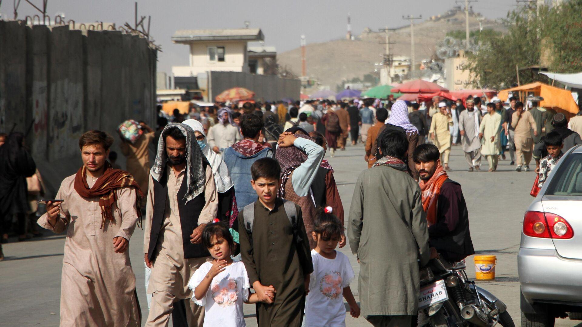 Люди возле международного аэропорта имени Хамида Карзая в Кабуле - РИА Новости, 1920, 11.09.2021