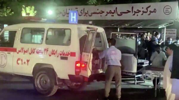 Эвакуация раненых в результате взрыва возле аэропорта Кабула