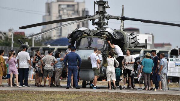 Посетители у вертолета Ка-52 Аллигатор на выставке вооружений Международного военно-технического форума Армия-2021