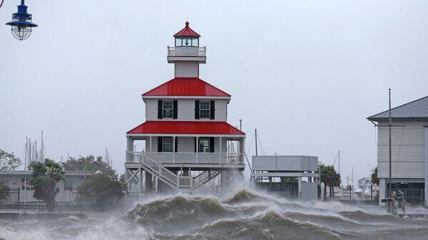 Волны на берегу озера Пончартрейн во время урагана Ида