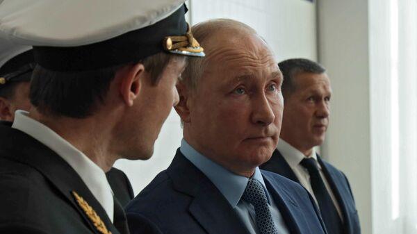 Президент РФ Владимир Путин во время посещения Дальневосточного морского тренажерного центра Морского государственного университета имени адмирала Г. И. Невельского