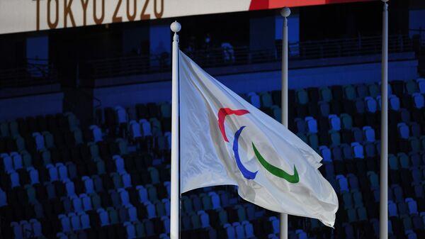 Поднятие флага Паралимпийского комитета России (ПКР) во время торжественной церемонии закрытия XVI летних Паралимпийских игр в Токио на Национальном олимпийском стадионе.