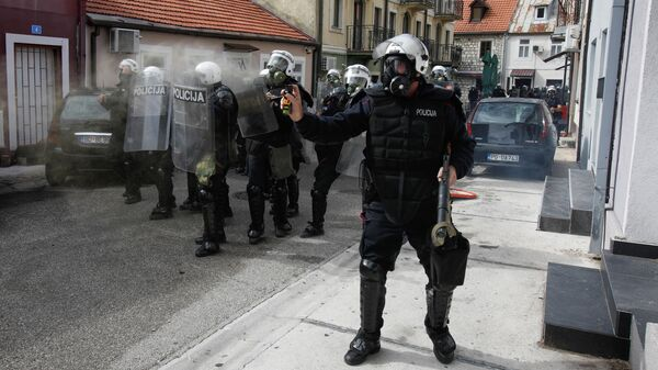 Применение слезоточивого газа в Цетине во врем протестов интронизации митрополита Иоанникия