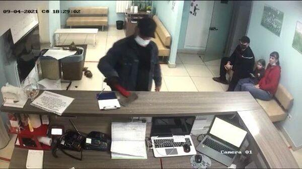 Вы друга убили: в Красноярске мужчина разнес топором ветклинику