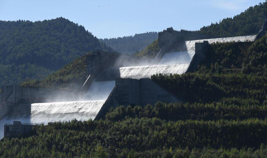 Вид на береговой водосброс Саяно-Шушенской ГЭС на реке Енисей