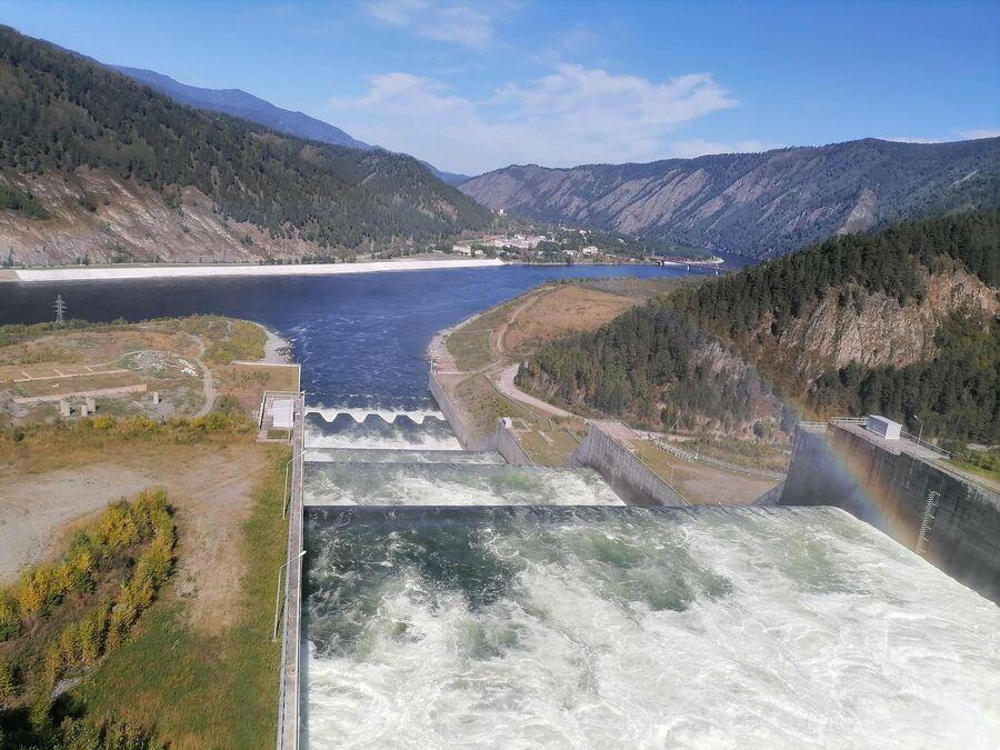 Водосброс и радуга на Саяно-Шушенской ГЭС