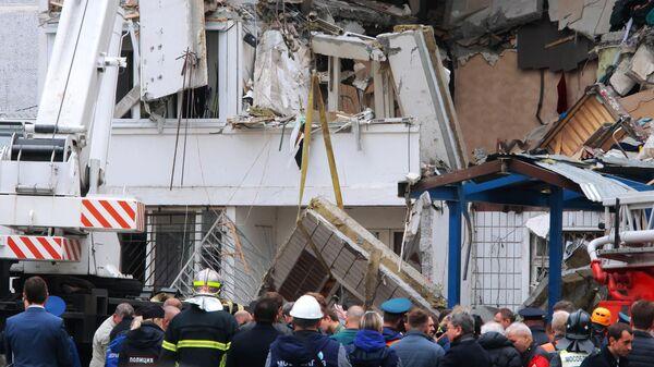 Сотрудники МЧС РФ у многоквартирного жилого дома в Ногинске, где произошел взрыв бытового газа