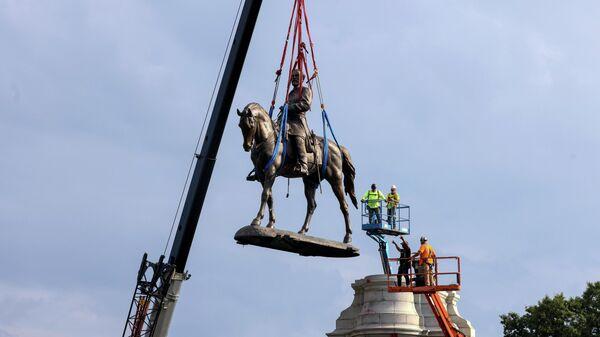 Демонтаж статуи американского генерала-конфедерата Роберта Ли в городе Ричмонд, США