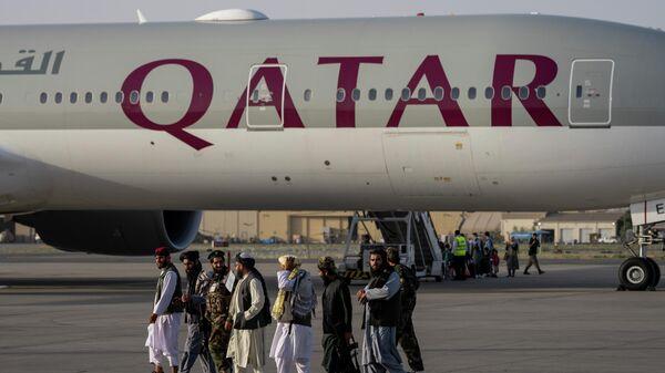 Бойцы Талибана* у самолета авиакомпании Qatar Airways в аэропорту Кабула