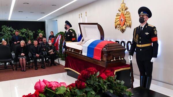 Церемония прощания с трагически погибшим во время учений в Норильске главой МЧС Евгением Зиничевым