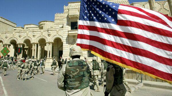 Американский солдат идет с флагом США, Багдад, Ирак