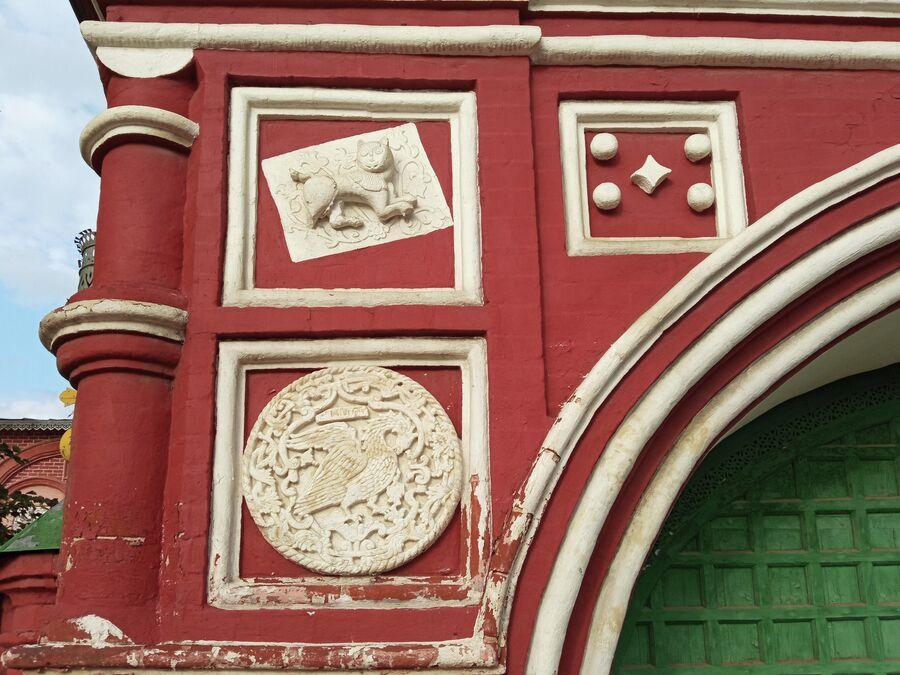 Воскресенская церковь на Дебре, лев и пеликан на Святых вратах