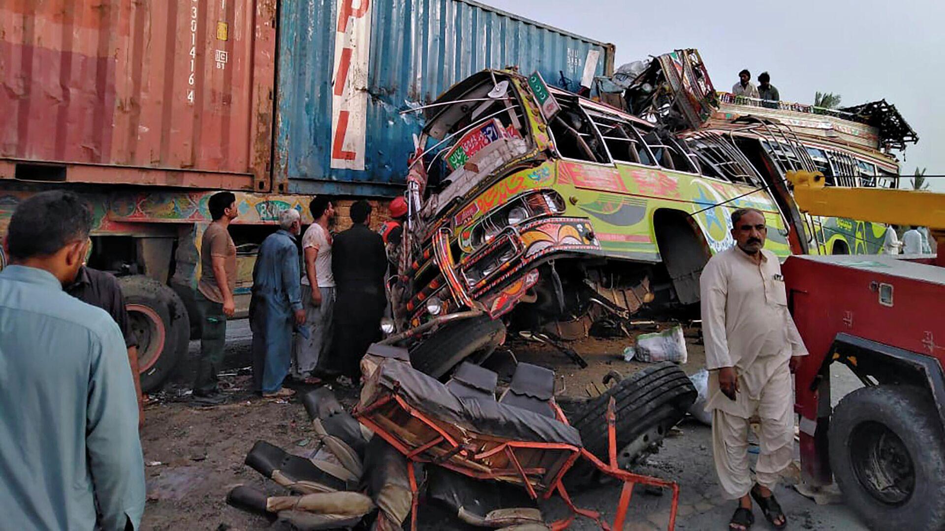 На месте столкновения пассажирского автобуса с большегрузным автомобилем в провинции Пенджаб, Пакистан - РИА Новости, 1920, 13.09.2021