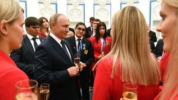 LIVE: Путин встречается со спортсменами в Георгиевском зале