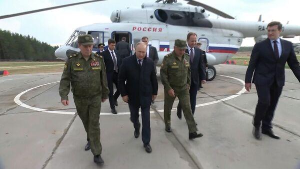 Путин и Шойгу у трапа в Нижнем Новгороде