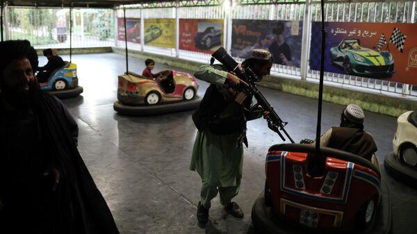 Талибы* в парке развлечений в Кабуле