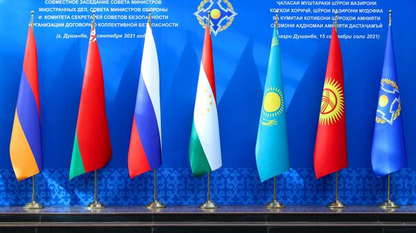 Флаги стран участниц совместного заседания министров иностранных дел, министров обороны и секретарей совбезов ОДКБ в Душанбе