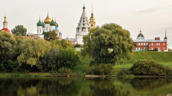 Живописный берег Москвы-реки с видом на ансамбль церквей Коломенского кремля