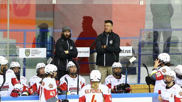 Брайан Идальски (справа на третьем плане)