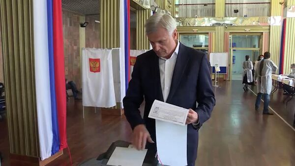 Губернатор Магаданской области Сергей Носов прибыл на только открывшийся участок и проголосовал