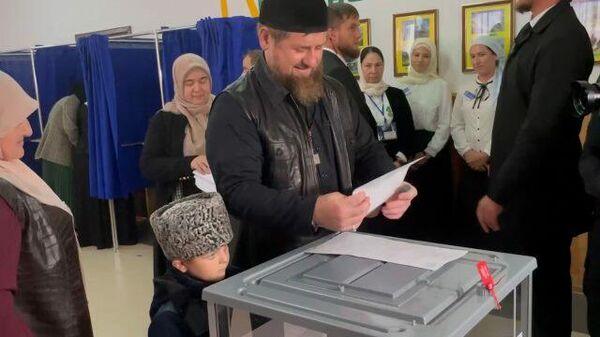 Кадыров проголосовал на выборах депутатов Госдумы вместе с сыном
