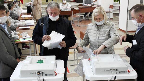 Люди голосуют на избирательном участке №120 на выборах в Госдуму в Чите