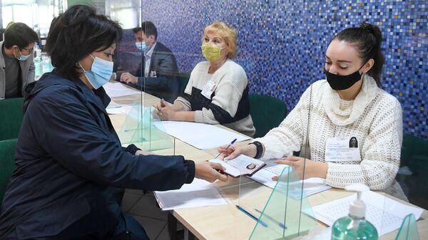 Советник председателя партии Новые люди Сардана Авксентьева на избирательном участке №2844 в Москве