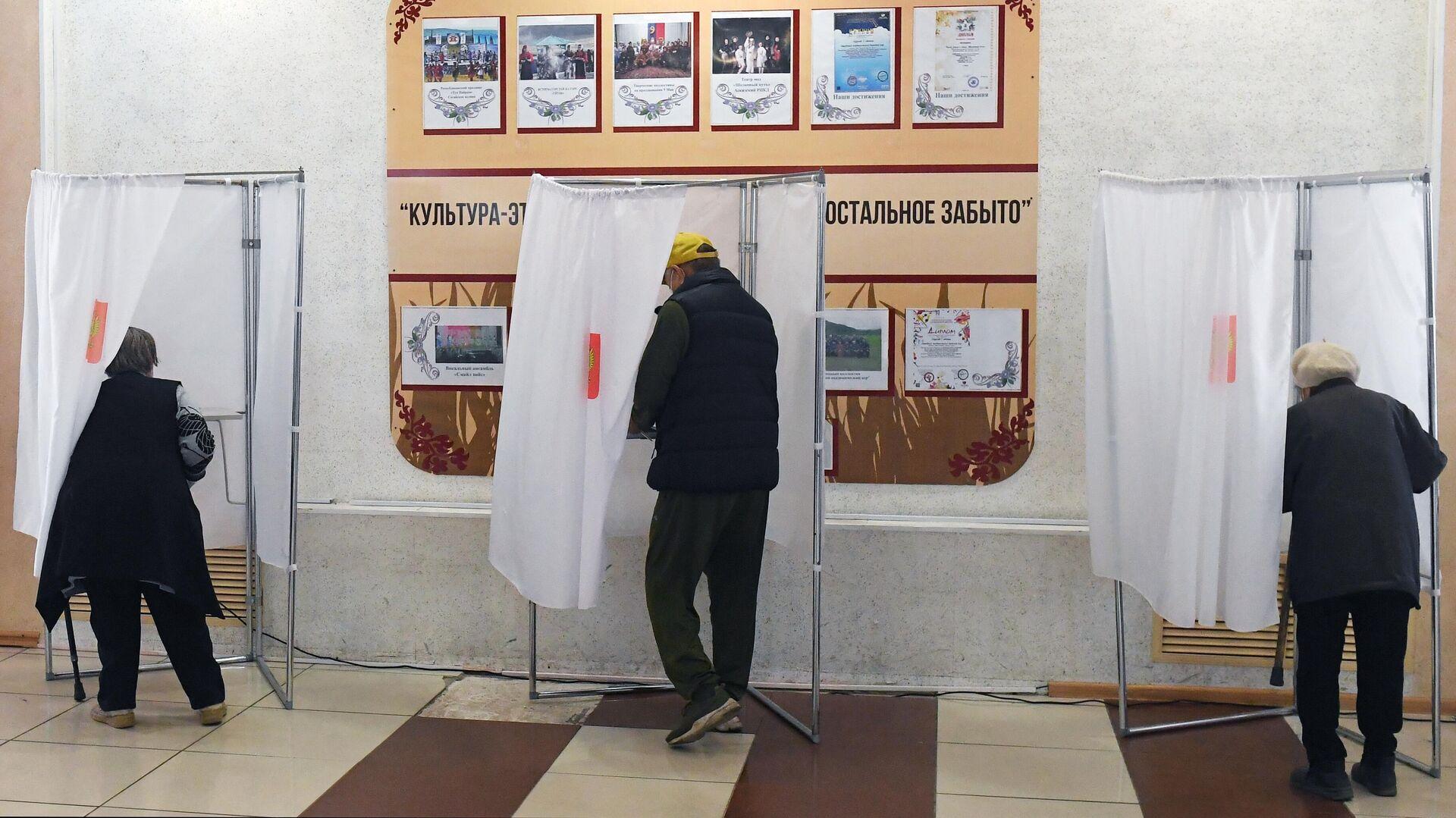 В избиркоме объяснили очередь из росгвардейцев на участке в Омске