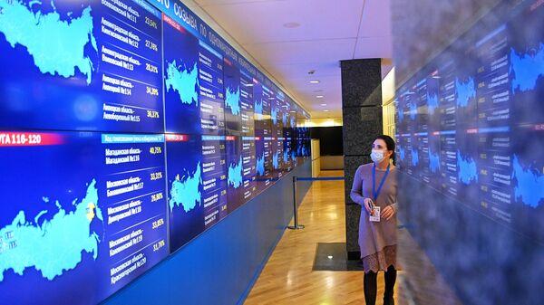 Экраны с номерами округов по голосованию в информационном центре Центральной избирательной комиссии РФ во время выборов в Госдуму 2021 года