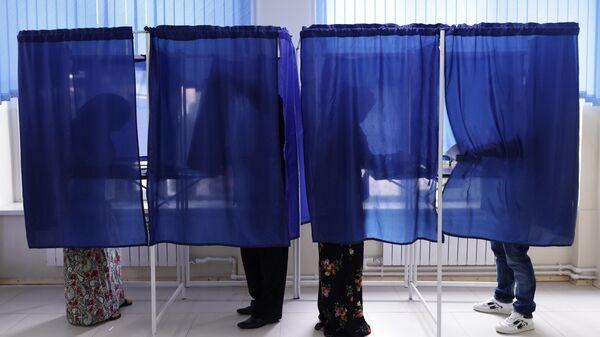 Избиратели голосуют на выборах депутатов Государственной Думы РФ и главы Чеченской Республики на избирательном участке в Грозном
