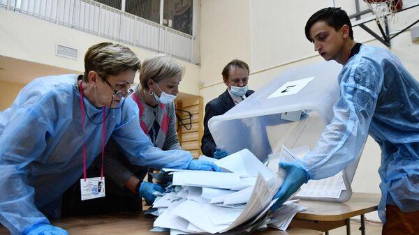 Члены избирательной комиссии подсчитывают бюллетени после закрытия избирательного участка в Екатеринбурге на выборах депутатов Государственной Думы РФ