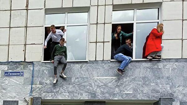 Студенты выпрыгивают из окон Пермского государственного национального исследовательского университета, в котором неизвестный открыл стрельбу