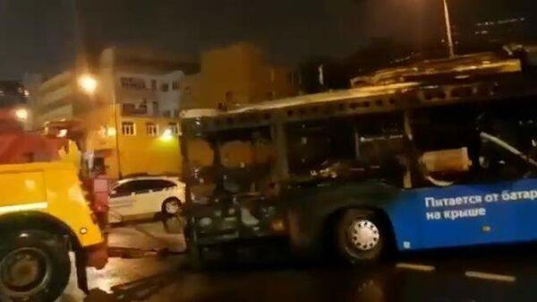 Эвакуация сгоревшего в Москве электробуса
