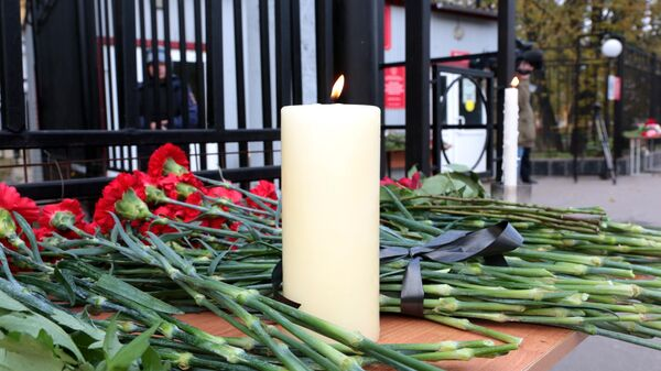 Цветы и свечи в память о погибших в результате стрельбы в Пермском университете