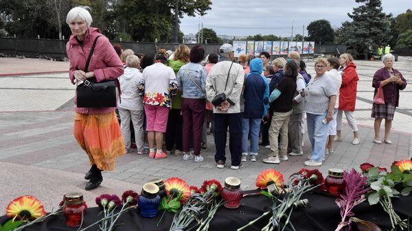 Цветы и свечи в память о погибших во время стрельбы в Пермском государственном национальном исследовательском университете