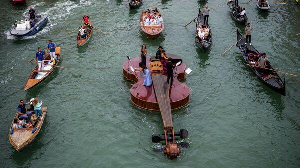 Скрипка Ноя, гигантская плавучая скрипка венецианского скульптора Ливио Де Марки на Гранд-канале в Венеции