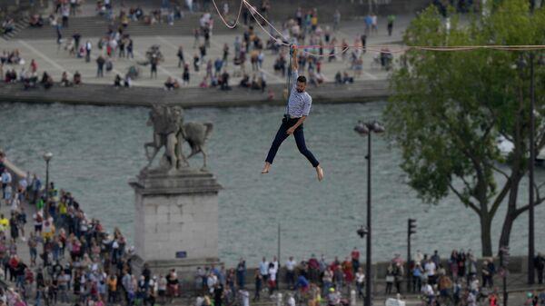 Канатоходец Натан Полин в Париже
