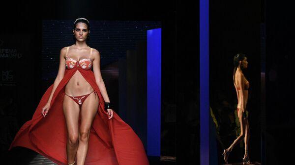 Модель представляет творение испанского дизайнера Долорес Кортес из коллекции Весна / Лето 2022 во время Недели моды Mercedes Benz в Мадриде