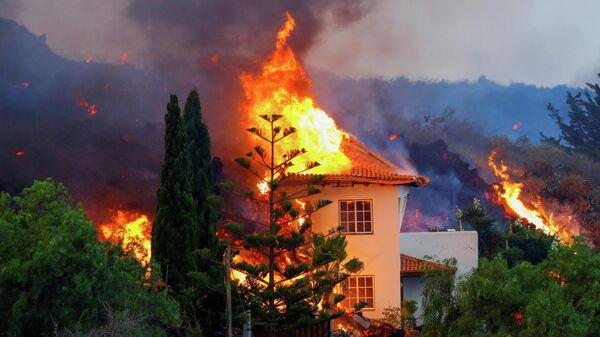 Дом горит в результате извержения вулкана в национальном парке Кумбре-Вьеха в Лос-Льянос-де-Аридане на Канарском острове Ла-Пальма.