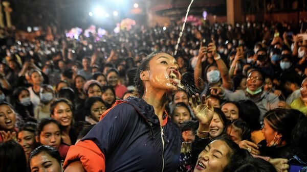 Верующие  пьют вино из статуи Швет Бхайрава (бога защиты) во время фестиваля Индра Джатра в Катманду