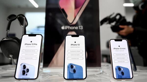 Телефоны компании Apple в магазине re:Store на Тверской улице в Москве, где 24 сентября начались продажи устройств нового семейства iPhone 13